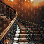 Czym wyróżniają się schody dywanowe?